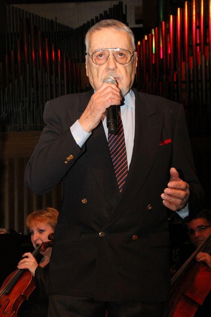 Pjevač s mikrofonon